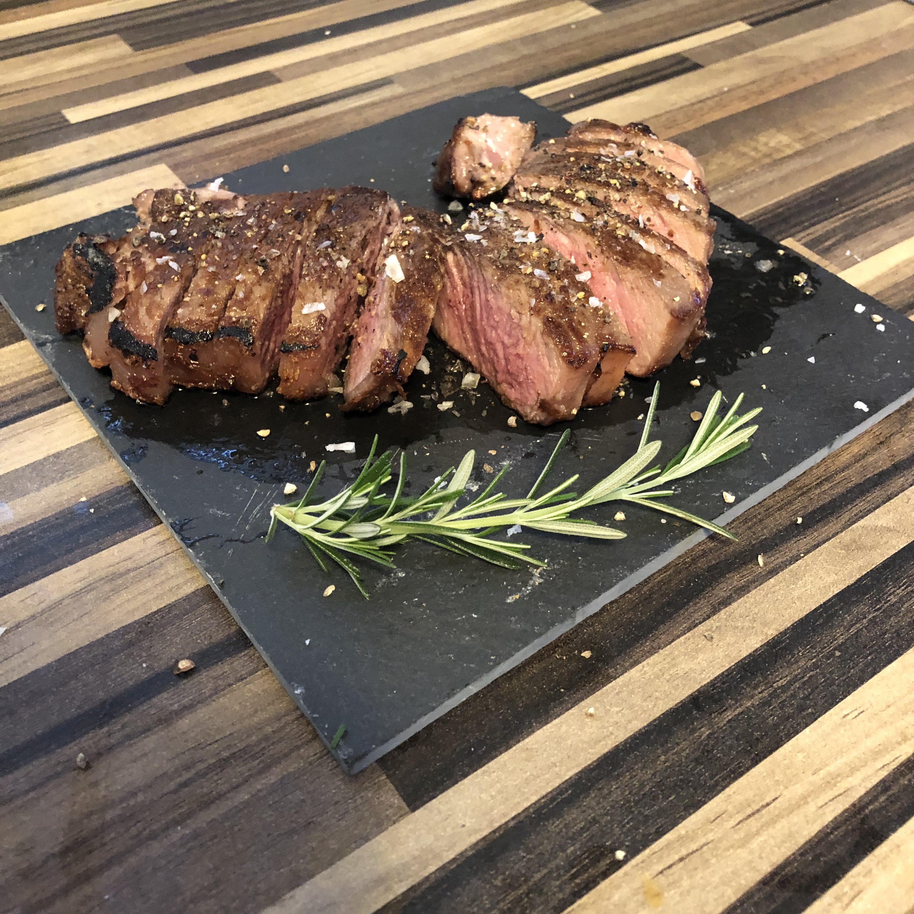Steak in Tranchen mit Salz und Pfeffer